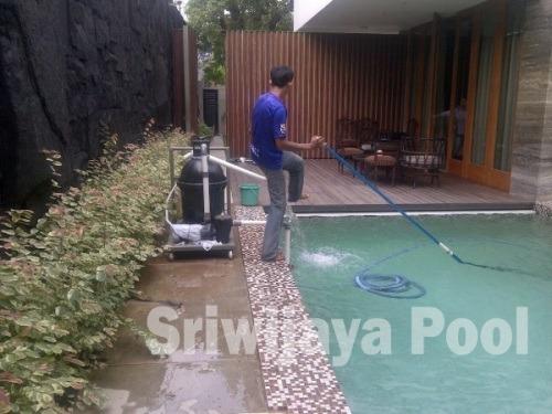 Pembersihan Kolam Renang Di Bukit Kecil Palembang Yang Dilakukan Oleh Team Sriwijaya Pool